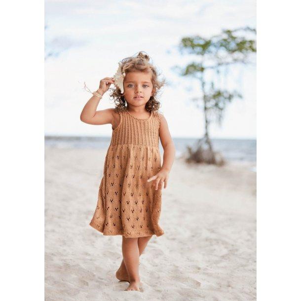 Yndig kjole strikkeopskrift fra Sandnes (papirudgave - norsk) Kan kun bestilles med garn til modelle